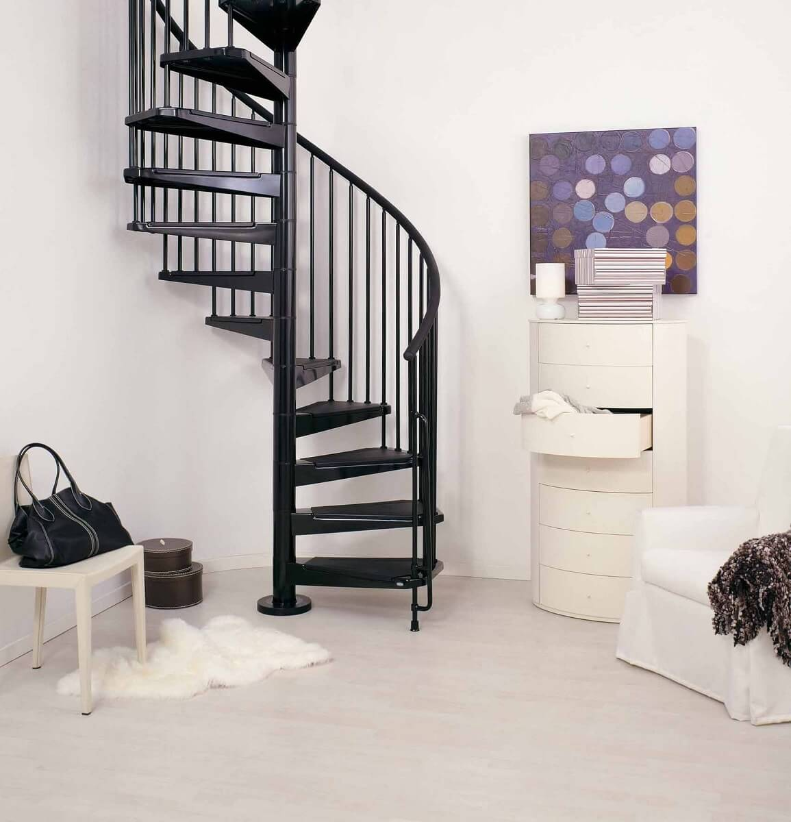 Sala minimalista decorada com escada de ferro