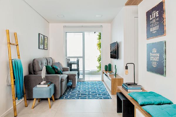 Sala pequena com sofá retrátil cinza