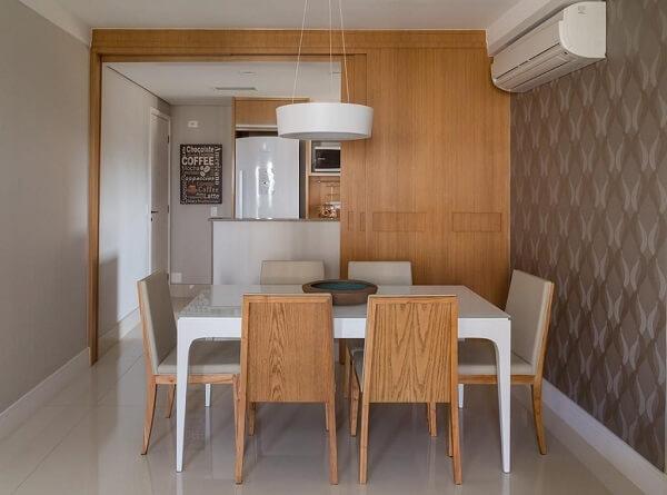 Mesa de jantar branca, cadeiras de madeira e papel de parede moderno