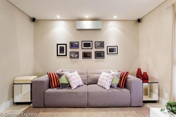 Sofá retrátil 2 lugares e almofadas coloridas decoram a sala de estar