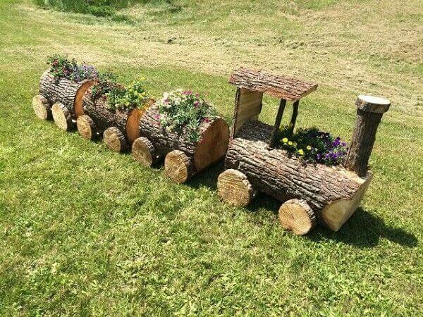 Floreira de madeira rústica feita com tronco de árvore forma um lindo trenzinho