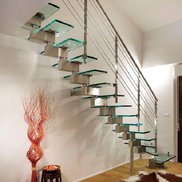 Valorize seu ambiente incluindo uma escada de vidro