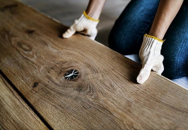 O piso laminado pode ser encontrado no mercado em diferentes cores e tamanhos