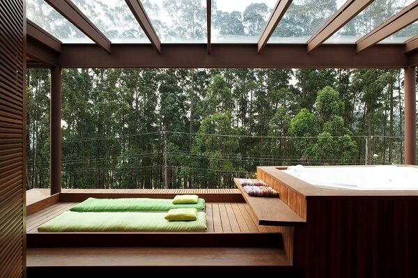 Varanda com cobertura de vidro e madeira