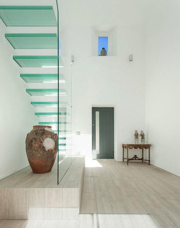 Visão de outro ponto da escada de vidro temperado flutuante