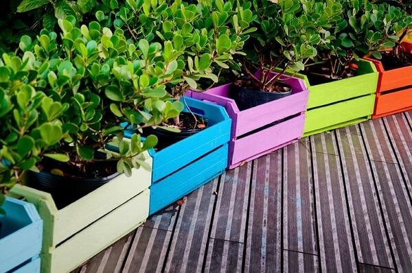 Como fazer floreira de madeira com caixotes