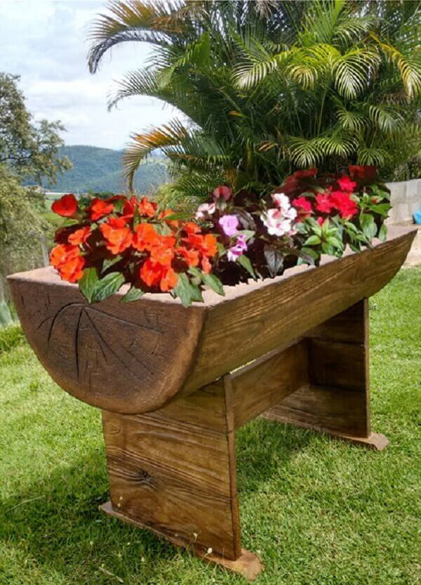Floreira de madeira feita com pedaço de tronco de árvore