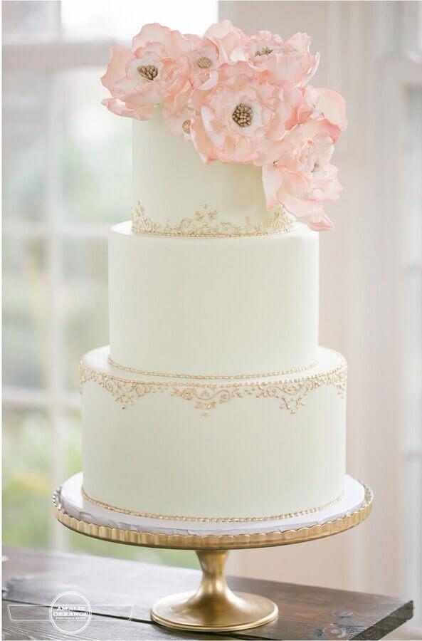 acabamento delicado para bolo de aniversário de casamento todo branco 3 andares Foto Salve a Noiva