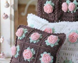 almofadas com rosa de crochê para aplicação Foto Pinosy
