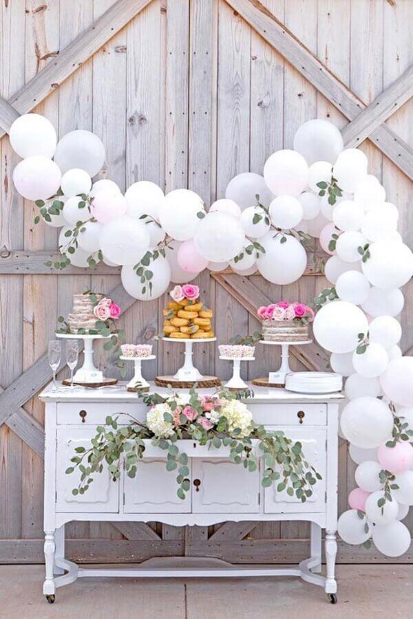 arranjo com folhas e bolas brancas para festa de aniversário de casamento Foto Home Decor Ideas