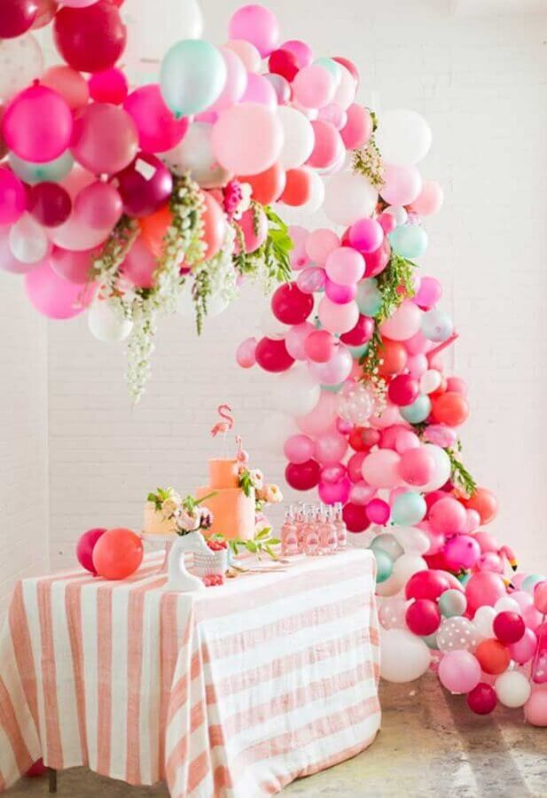 arranjo de balões para decoração de festa flamingo Foto Weddbook