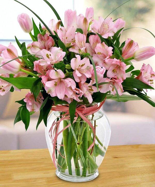 Astromelia rosa com vaso de vidro