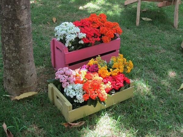 Floreira de madeira feita com caixotes coloridos