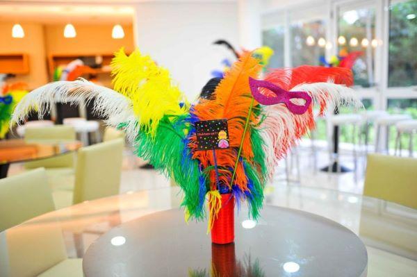 Decoração colorida inspirada em baile de máscaras