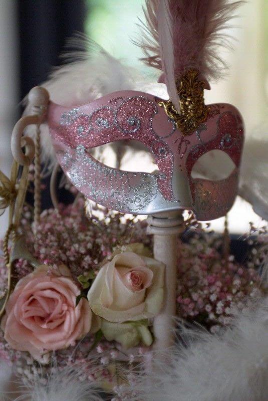 Máscara cor de rosa na decoração da festa