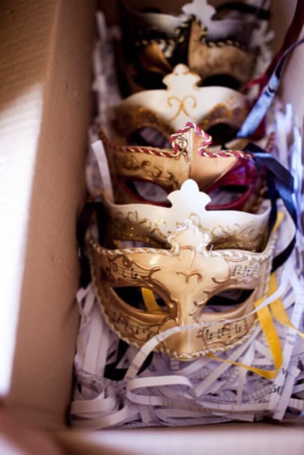 Compre lindas máscaras para os convidados