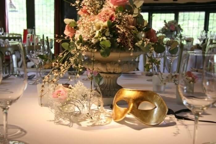 Mesa de jantar para festa baile de máscaras