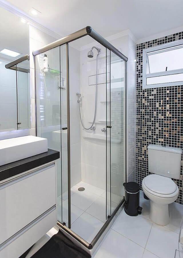 banheiro de apartamento decorado com pastilhas preto e branco Foto LO Interiores