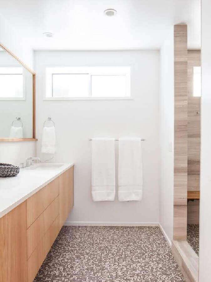 banheiro de apartamento decorado todo branco com detalhes em madeira Foto Ideias Decor