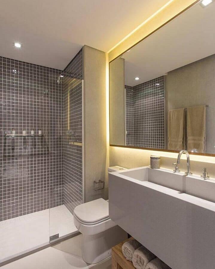 banheiro de apartamento moderno todo cinza decorado com pastilha e iluminação embutida no espelho Foto Sesso & Dalanezi Arquitetura