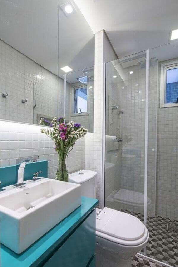 banheiro de apartamento pequeno decorado com gabinete azul Foto Architizer