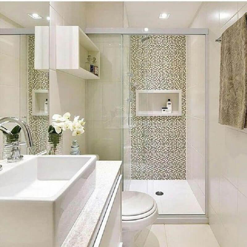 banheiro de apartamento pequeno decorado com pastilhas na área do box Foto Mayla Mikaelian e Bianca Freitas
