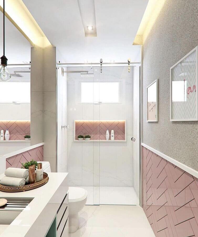banheiro de apartamento pequeno decorado com revestimento branco e rosa Foto Pinterest