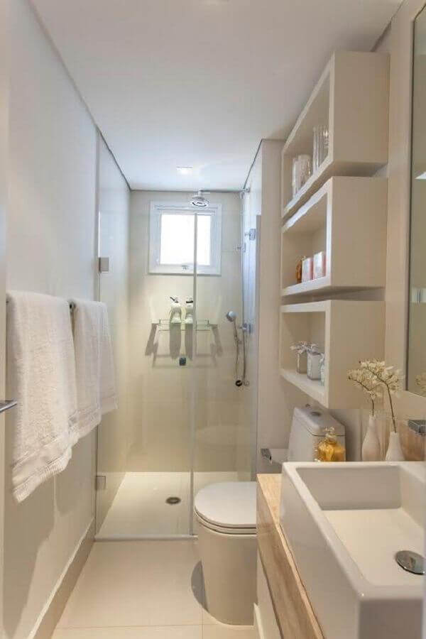 banheiro de apartamento pequeno decorado todo branco Foto Homely
