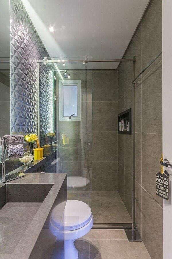 banheiro pequeno de apartamento todo cinza com revestimento 3d Foto LO Interiores