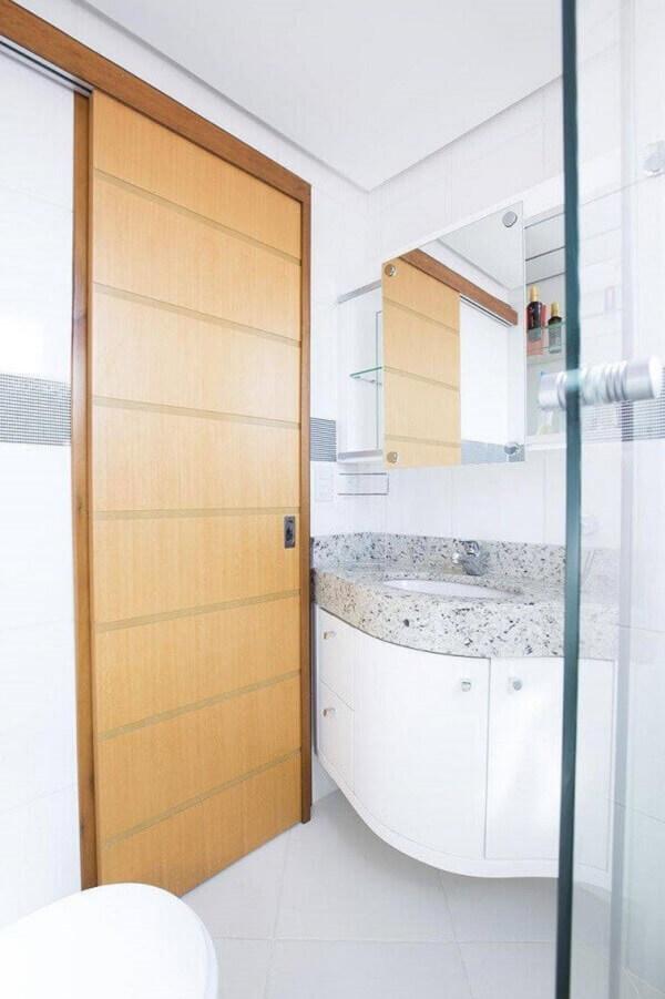 Banheiro pequeno planejado com porta de correr e espelheira
