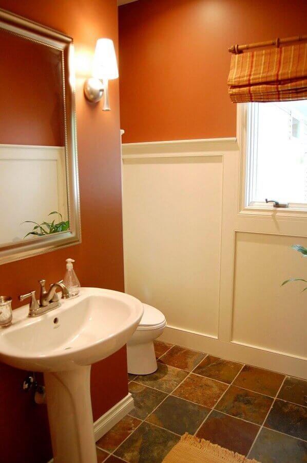 banheiro simples decorado com cor de parede terracota Foto Home Decor Ideas