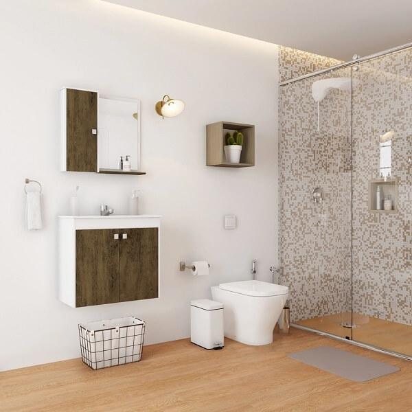 O chão do banheiro foi revestido com piso laminado