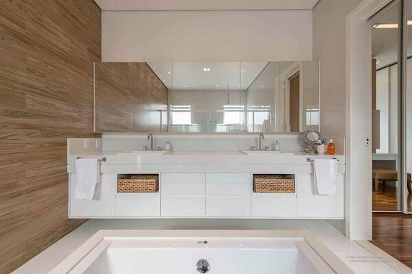 Armário de parede para banheiro com espelho ocupa toda a extensão da bancada