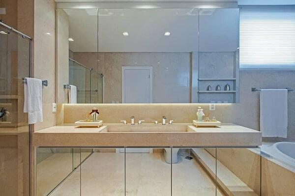 O uso de espelhos no banheiro traz charme e sofisticação