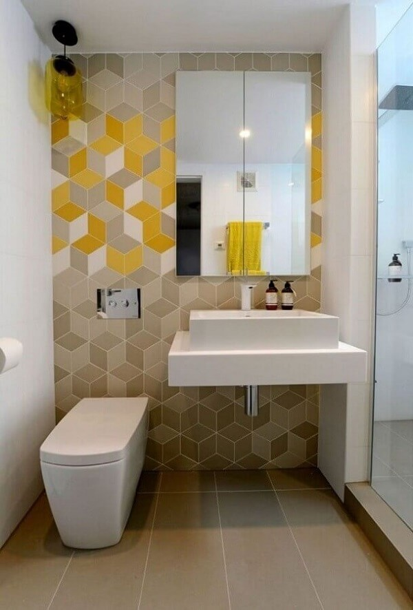 Banheiros compactos decorados com espelheira e azulejos geométricos coloridos