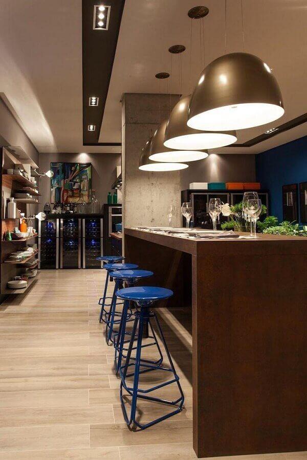 banquetas modernas azuis Foto Juliana Pippi