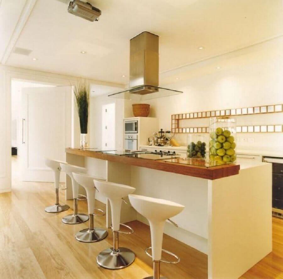 banquetas modernas brancas para decoração de cozinha com coifa de vidro Foto Roberto Migotto