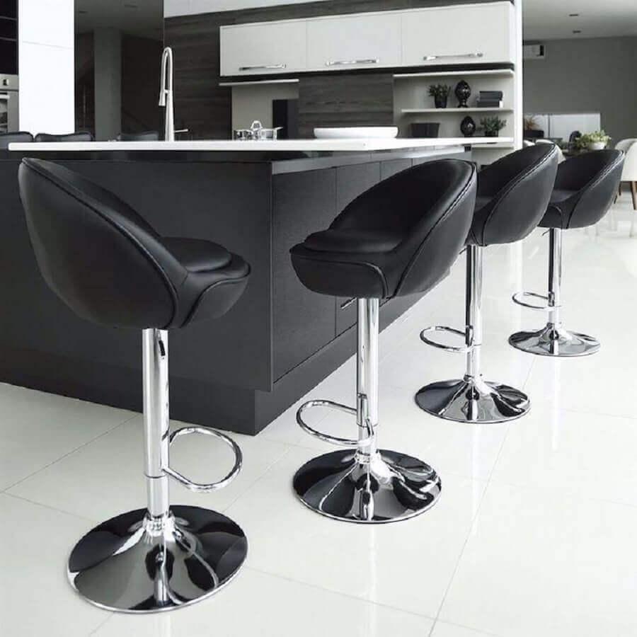 banquetas modernas com assento preto estofado e regulagem de altura Foto Utilizer