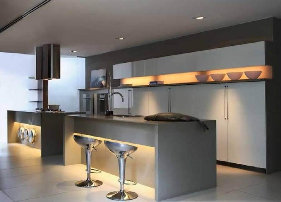 banquetas modernas com estrutura metálica Foto Webcomunica