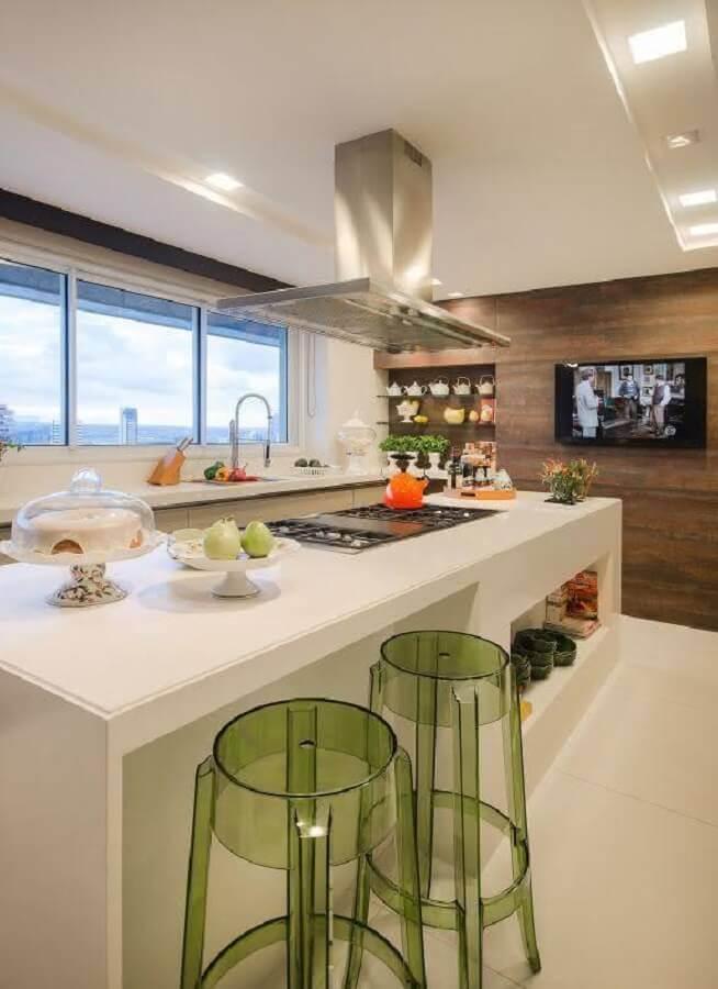banquetas modernas de acrílico verde Foto Chaves na Mão