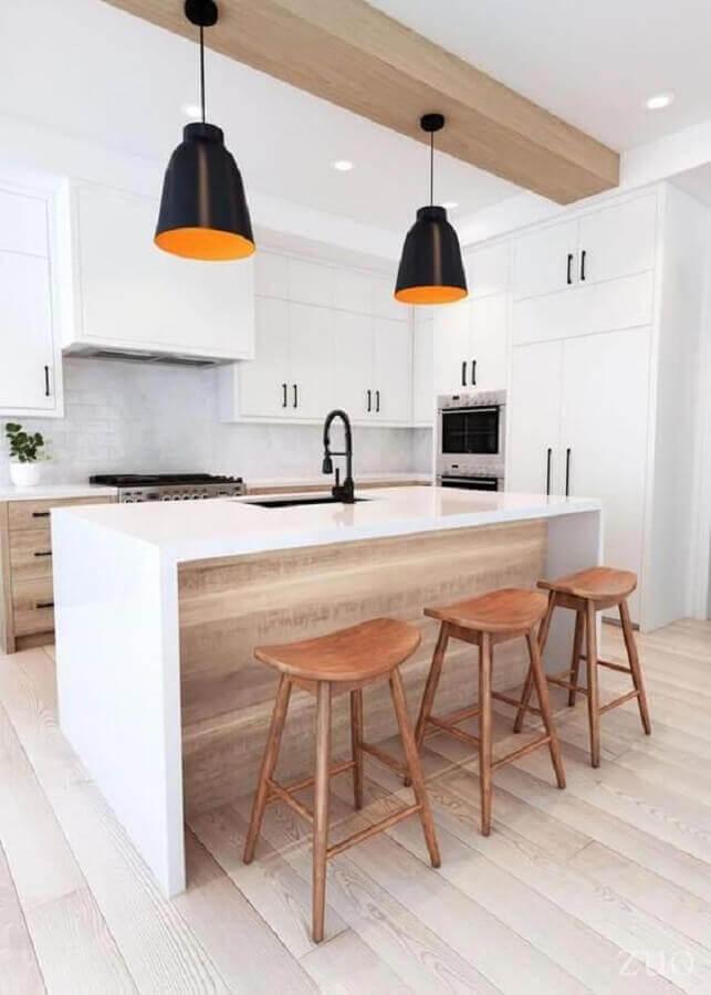 banquetas modernas de madeira para cozinha com ilha e pendentes pretos Foto EMFURN