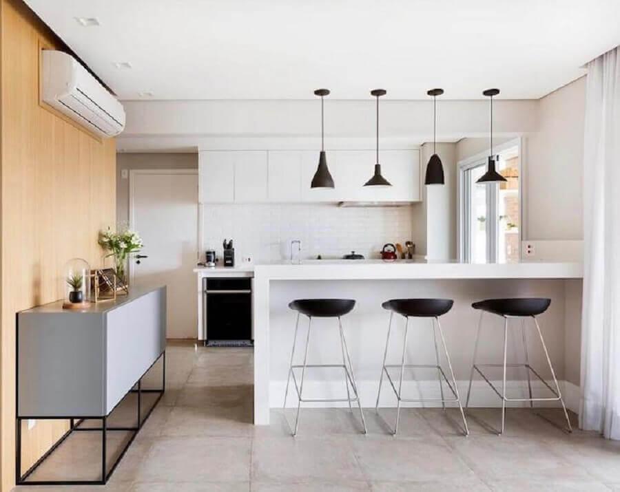 banquetas modernas para cozinha americana branca decorada com pendentes pretos na bancada Foto GF Projetos