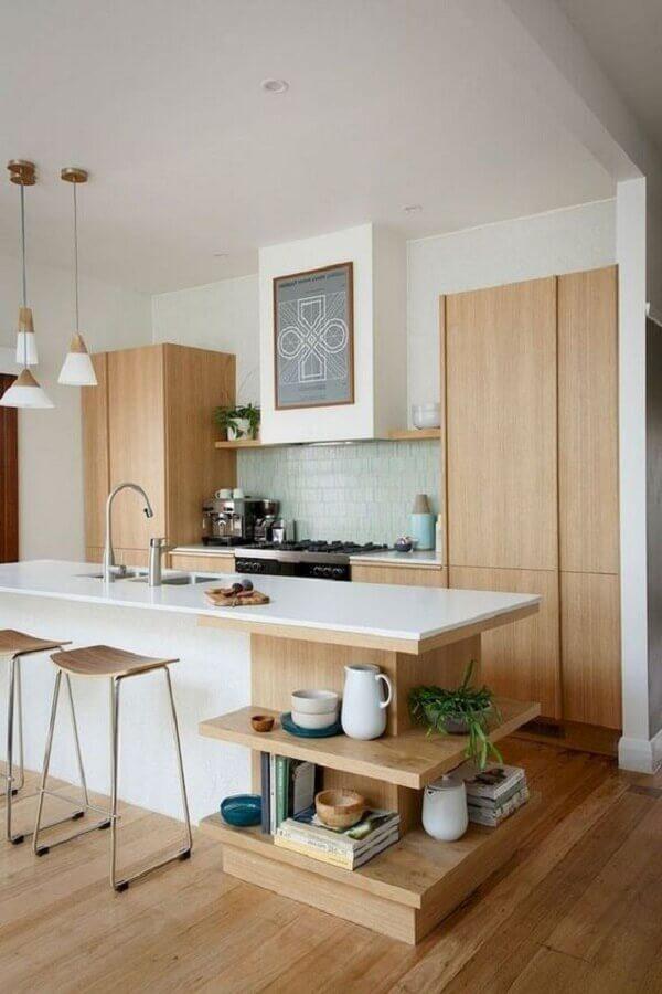 banquetas modernas para cozinha americana com móveis de madeira planejados e ilha Foto Shopping Boss