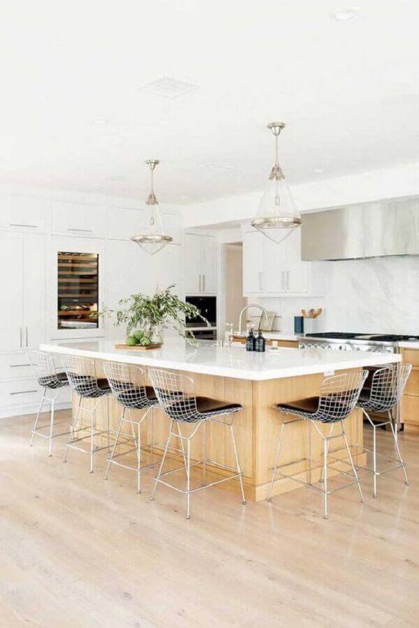 banquetas modernas para cozinha ampla com ilha e armários brancos planejados Foto Ideias Decor