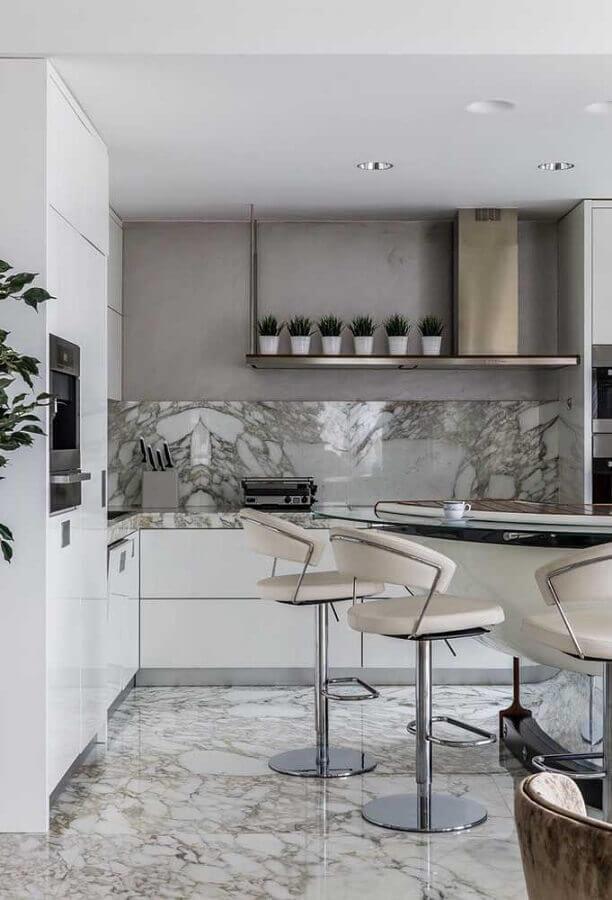 banquetas modernas para cozinha branca e cinza com decoração sofisticada Foto Houzz