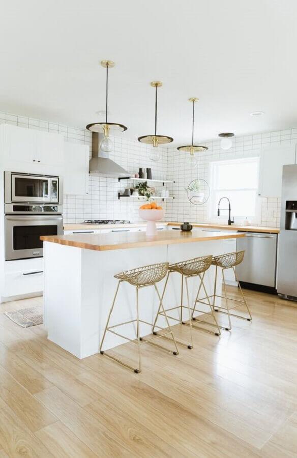 banquetas modernas para cozinha decorada toda branca com ilha Foto Lightology