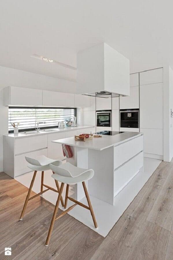 banquetas modernas para cozinha planejada toda branca Foto Contemporary Lighting