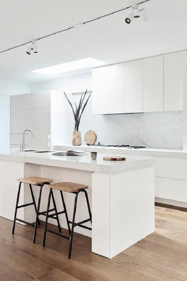 banquetas modernas para cozinha toda branca contemporânea com trilho de luz Foto Pinterest