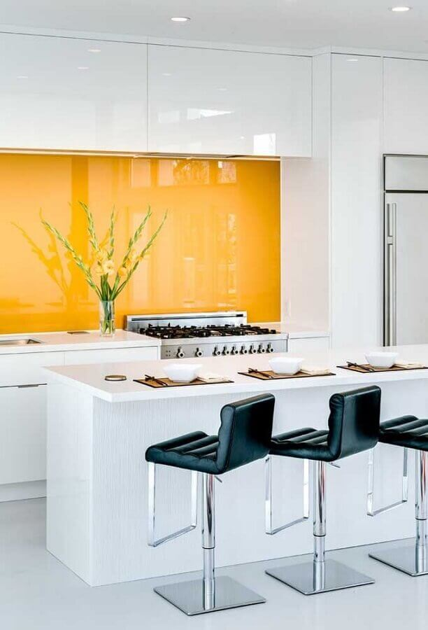 banquetas modernas pretas para decoração de cozinha branca e amarela Foto Houzz