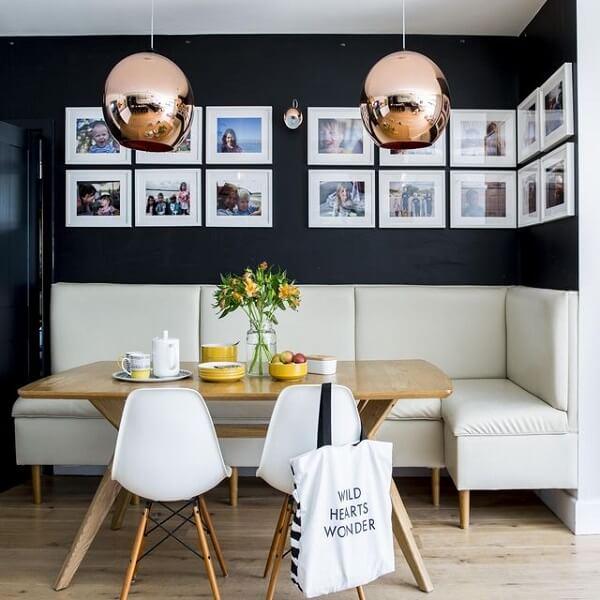 Parede preta e pendentes rose gold para a sala de jantar